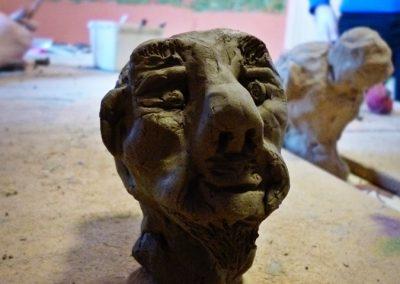 Świeżo wykonana rzeźba z gliny